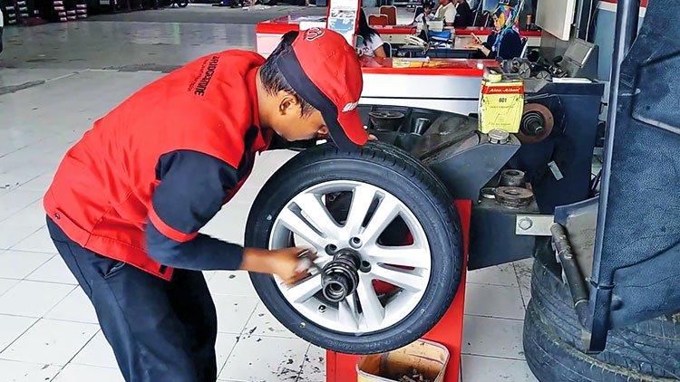 Балансировка колес в шиномонтажной мастерской